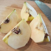 Peel the quinces, cut into quarters.